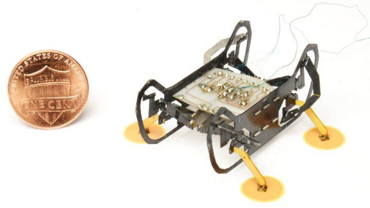 Робот размером с копейку использует липучие ножки, и может передвигаться вверх ногами.